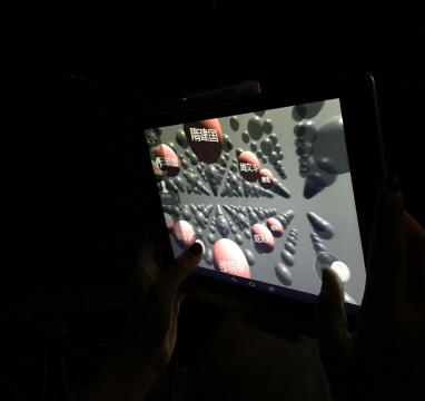 用手指随意移动视角进入艺术家虚拟展区