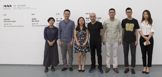 开幕式现场 夏季风、尼玛拉姆与参展艺术家陈丽珠(左一)、艺术家夏禹(左二)、艺术家吴俊勇(左四)、艺术家赵新宇(右二)及嘉宾合影。