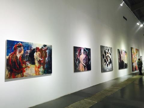 左边四件为艺术家郝雪鹏作品