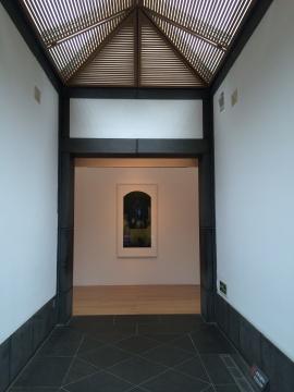 中间大展厅以一张1997年的旧作《虚归》为展览埋下伏笔