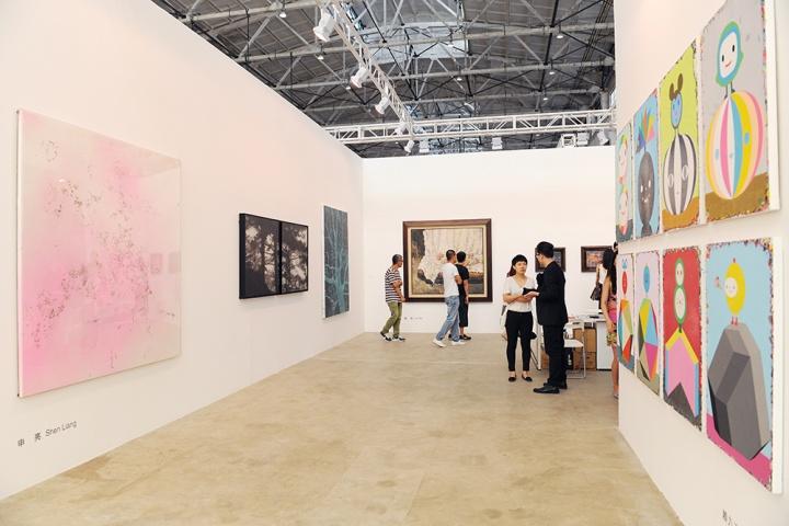 大未来林舍画廊展位现场,带来刘炜的《苹果·沙发》定价在500万人民币。