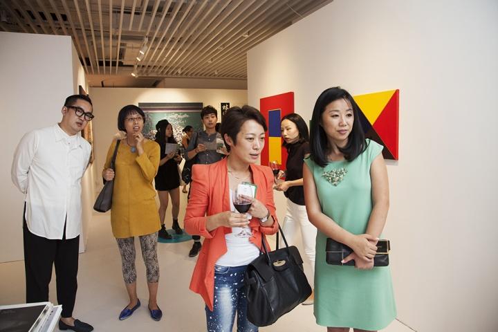 """""""小而精""""的艺术都市,在互相切磋的艺术平台里共享这场艺术盛宴。由艺术都市团队主创之一的柴成炜(右一)与ART021联合创办人包一峰(左一)、站台中国负责人孙宁、阿拉里奥上海总监周娟禾一同参观此次艺术都市。"""
