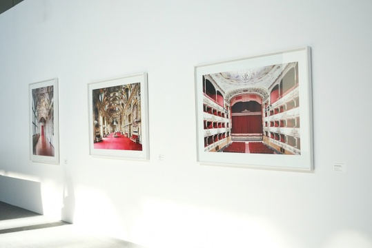 Candida Hofer (Germany德国) 当代最著名的摄影艺术家之一,杜塞尔多夫艺术学院摄影学派的代表。作品在多家美术馆展出,参加过卡塞尔文献展、威尼斯双年展。