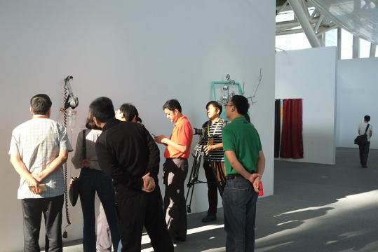 现场嘉宾对墙上装置作品表示着极大的好奇