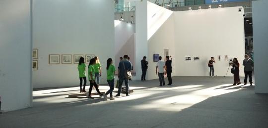 来自20个国家,27位艺术家参加叶兰策划的主题展  共58件作品,包括:影像作品7件,摄影作品21件,绘画作品22件,装置雕塑作品8件。