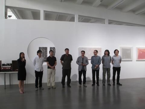 左2起:亚洲艺术中心(北京)总经理 李宜霖、艺术家叶剑青、艺术家田卫、策展人夏可君、艺术家桑火尧、艺术家曹吉冈、艺术家刘国夫