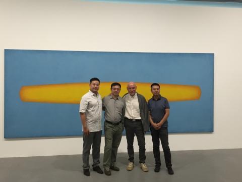 展览开幕式上,左起:今格董事长王杰、艺术家陈若冰、学术主持汉斯·坤特·郭林斯基、今格总监蒋伟