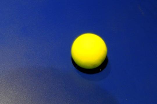 正处于运动当中的网球