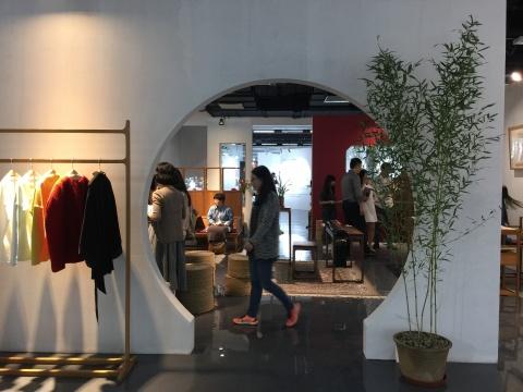 位于地下一层的当代设计板块,呈现多家艺术+设计的品牌