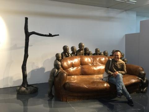 """颜石林的""""空沙发""""提供了一处公众互动的绝佳场地"""
