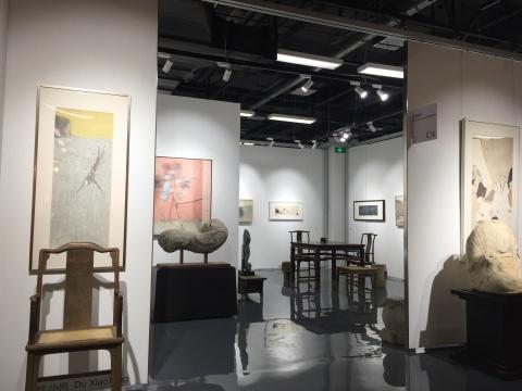 大道融元展位以古董及新水墨作品呈现出一份儒雅的氛围
