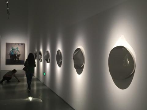 墙上表面起伏的镜子,营造了一种视觉上的错乱感