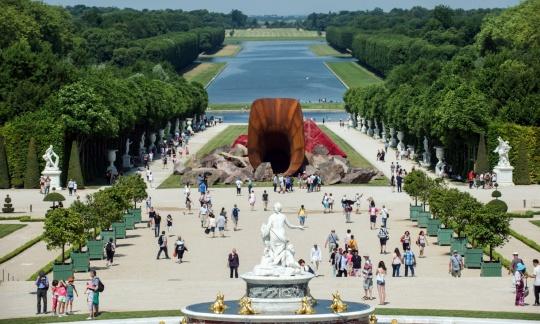 安尼施·卡普尔位于凡尔赛宫举办个展中的一件大型装置作品《肮脏的角落》 Photo:Kamil Zihnioglu
