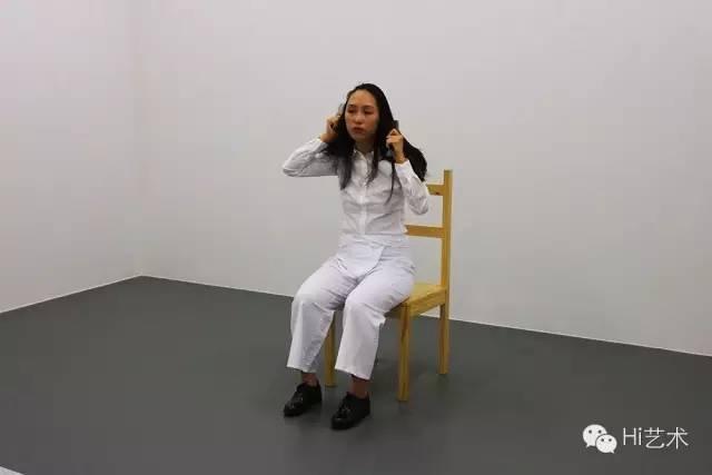 """玛丽娜·阿布拉莫维奇《艺术必须是美的,艺术家必须是美的》 1975 表演者用力地、无间断地梳理她的头发50分钟以上,在这期间,她会想念咒语一般不断地重复一句话:""""艺术必须是美的,艺术家必须是美的。"""""""