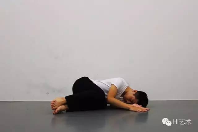 布鲁斯·瑙曼《墙—地板的位置》 1968 一个表演者再现了28个墙面和地面动作,其顺序来自艺术家的原始录像资料。表演者须研究录像中的原始动作编排,并一丝不差地按照正确的顺序复制整套动作。
