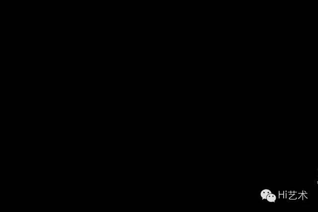 小野洋子《触片》 1963/2014 参观者可以在黑暗中互相触碰。有些人会被蒙住眼、有些会发现能在墙上写字的铅笔,作品挑战着观众对亲密和隐私的感受和认知。
