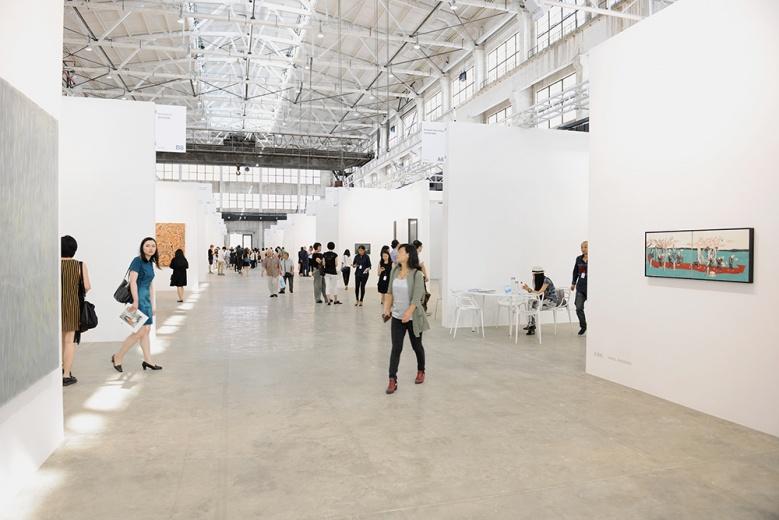 分为上下两层的展厅会场,一切显得井井有条,灯光与展墙的配置也相当专业。