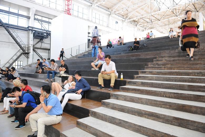 从一层通往二层展厅的必经之路,同时具备休息区的功能。