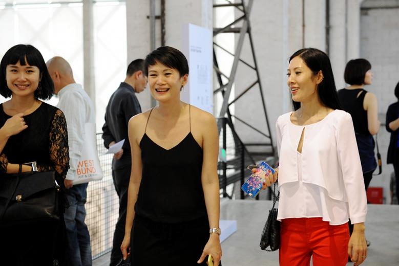 新任巴塞尔艺术展亚洲总监黄雅君(中间)也前来一睹西岸现场。