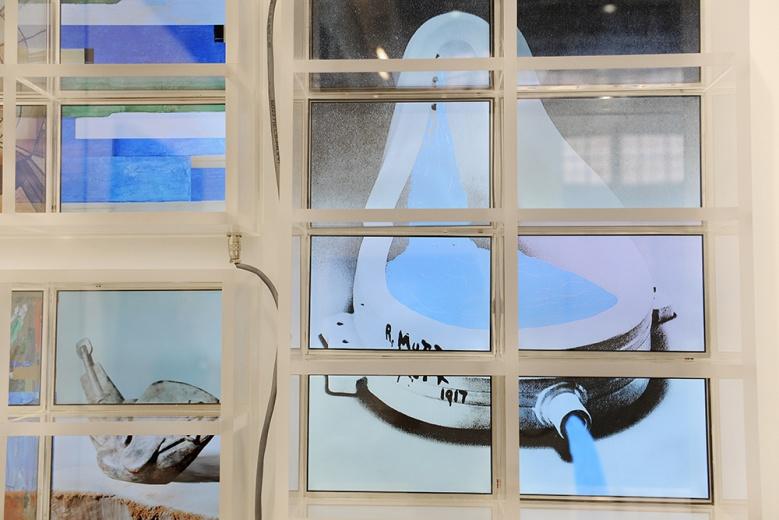 香格纳画廊此次带来了11位艺术家的作品,胡介鸣2014年创作的五件作品拼接成,让你一分钟看尽艺术史的一百年。