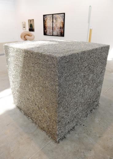佩斯此次带来14位艺术家的作品,艺术家名单也极为国际化。其中塔拉·多诺万(Tara Donovan)(b.1969)以大头钉为主要材料的作品《无题》的现场的安装花费了8个小时,作品并没有在内部设计吸铁石以作固定,而是基于大头针本身特有的属性,让它们相互支撑并形成块面结构。