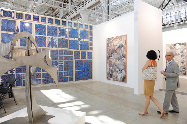 80后自学成才的艺术家李文光,自2012年开始与柯恩画廊开始合作。充满装饰感的作品风格,不断循环的点线面之间,引人入胜。