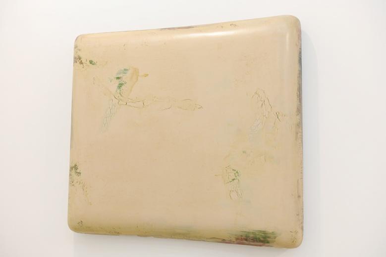 """苏笑柏2015年最新作品《大隐3》(112×124×17cm每件),此外""""大隐""""系列还有另外两件。如题所述,那些艳丽的颜色都藏在其后,张勇也笑称""""大隐""""正是艺术家的写照,苏笑柏就是""""大隐""""之人。"""