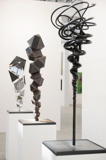 首次参展的维多利亚·米罗画廊,康拉德·肖克罗斯(ConradShawcross)占据着入口的位置,格外引人瞩目。以公共艺术得到广泛认识的康拉德,据了解2017年将与北京南三环的某项目达成合作。