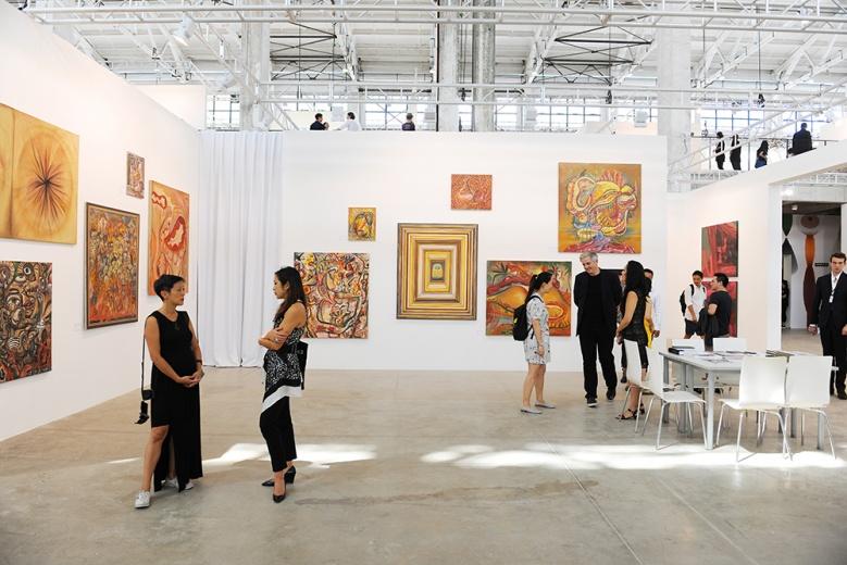 此次豪瑟沃斯带来两位艺术家的作品,其中一位来自匈牙利的60后艺术家Rita Ackermann,满是肉色的墙面,有种难以下咽的错觉。
