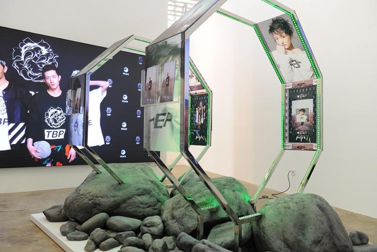 """铁木尔·斯琴在今年4月于魔金石空间做了中国的第一次个展""""生物基因岩"""",此次博览会带来的正是他在个展中的全新作品《第八道门分选机》。受当代哲学领域""""新物质主义""""和""""思辨实在论""""运动的影响,艺术家试图在深入审视人类历史和自然世界的基础上,解构和反思人类独尊的位置。"""
