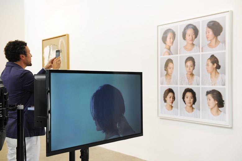 画廊还带来方璐的《女朋友(或女总理)》(三频录像装置及摄影),在现场获得许多国外藏家青睐,询价者颇多。作品在两种身份的扮演中建立起另一种现实。