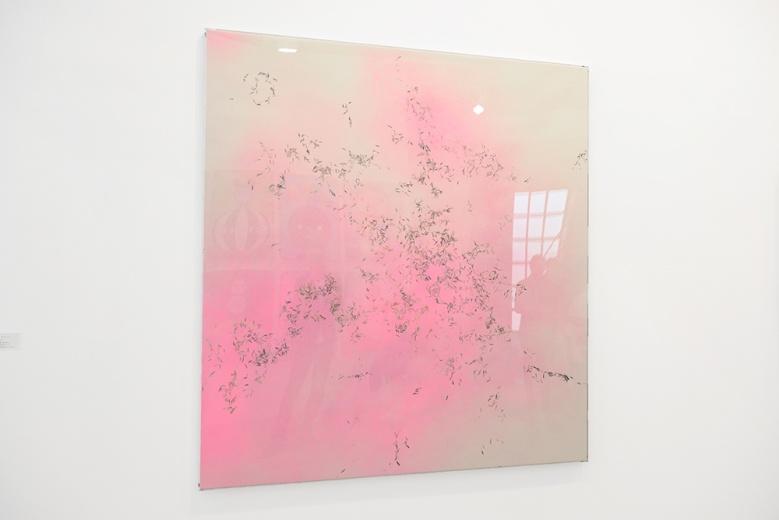 申亮将在十月份带来新的个展,此次艺博会带来新作《2015.13》(丙烯、色粉、纸本)预热,粉饰的背景上一堆寥寥几笔的瓜子壳,耐人寻味。