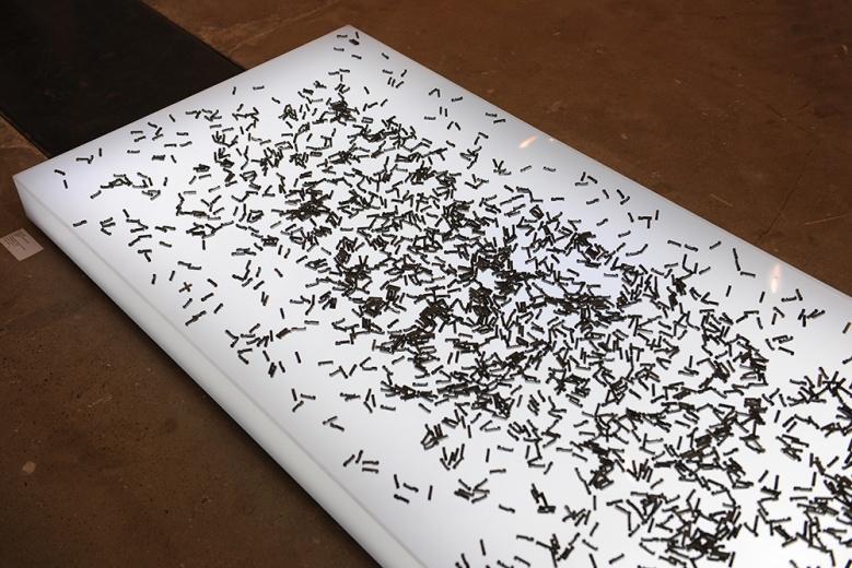 胡昀2015年最新创作的《命薄如纸》,将铅字播撒在看似轻盈如纸的发光平面上,将他所收集的有关祖父一生的故事打乱。个人历史如尘埃浮在虚空中,唤起人们对自身存在的反思。