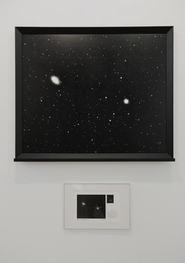 """同期阿拉里奥上海空间开幕的艺术家倪有鱼的个展""""隐力"""",实为这次艺博会的重点项目。以星空为背景的隐力,又以其浓重的黑色背景散发着浓郁的神秘气息,它看上去安静、缄默又沉重并带有无形的压力,以近似""""无""""的""""虚空""""营造着一种代表""""有""""的""""沉重""""。"""