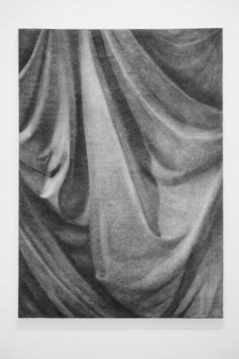 东画廊带来张云垚2014年的作品《一块绒布(古典主义)2》(碳笔毛毡 210×150cm),在毛毡上用炭笔赋予它绒布的质感,极具绘画趣味的同时,也从观念上对绘画本身提出了质疑。