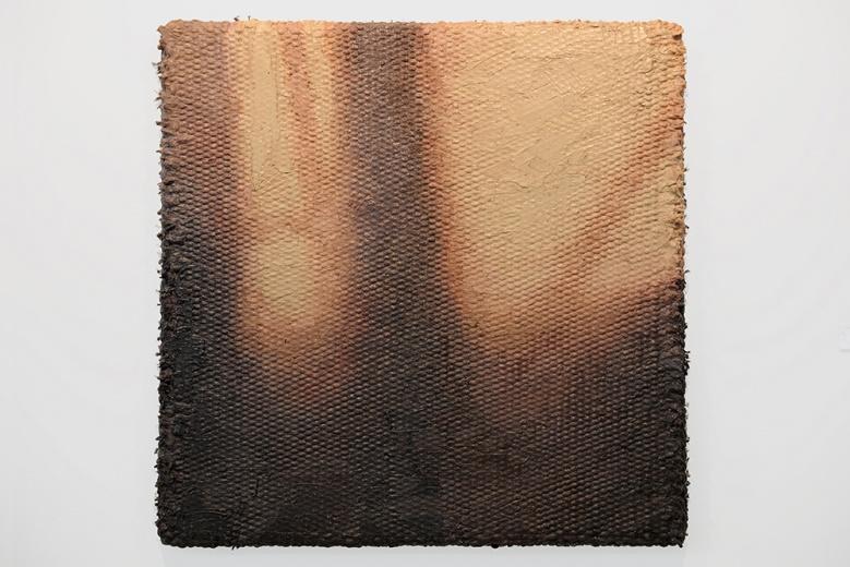 李钢作为麦勒的年轻艺术家,今年大型的重要群展上极为活跃,作品《热量》延续了艺术家之前的创作,用手工编织的方式把画布本身的纹理放大,在用颜料填充布面的同时强调出颜料和画布咬合的质感,并以打破了人们对绘画观看的惯常性。