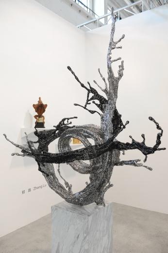 """此次沪申画廊带来最""""贵""""的作品,郑路难得一见的双色雕塑作品《银河》。"""