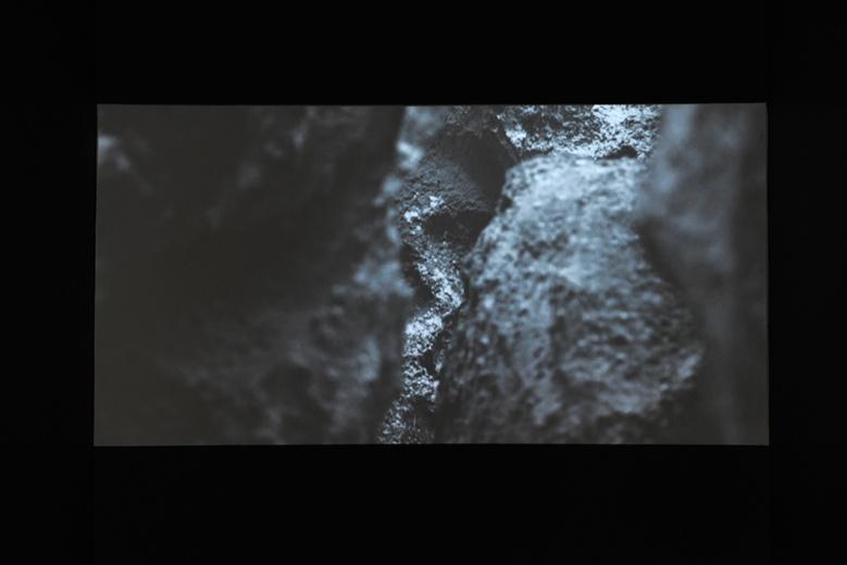 刘雨佳单屏录像作品《第三人》,黑白质感的观影效果,清脆的环境声音,不失为艺博会稍坐栖息的去处。