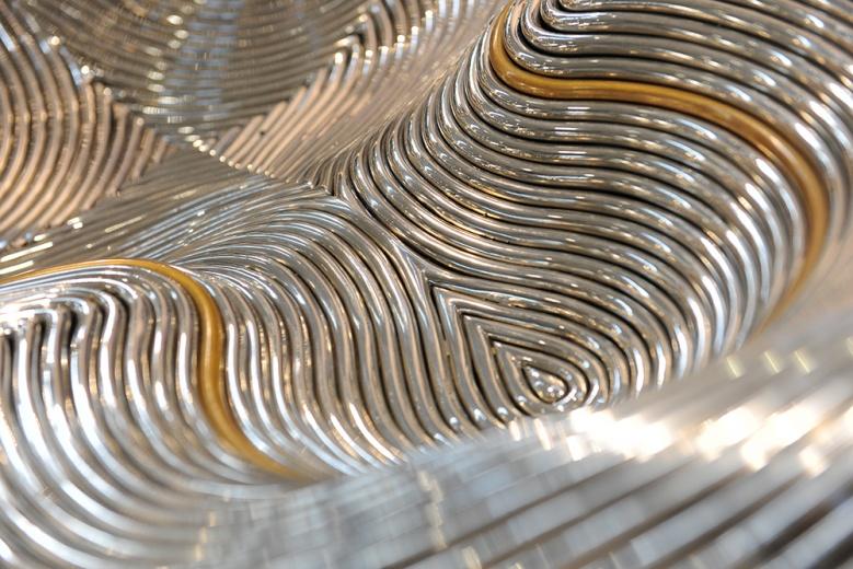 世界现代设计中的朗·阿拉德,绝对可以算得上是一位相当有分量的设计师。50年代生于以色列的艺术家,早已将艺术与设计的界线打破。其设计的家具总有一种雕塑感。