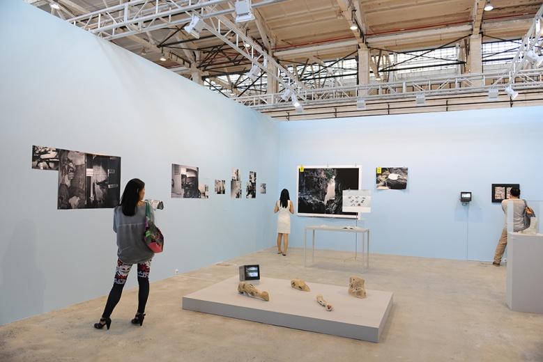 """位于杭州的非营利机构想象力学实验室带来的艺术家项目""""大航海"""",来自于两位80后艺术家。在今年3-5月的86天利,他们追索巴斯·简·阿德尔与亚瑟·克拉凡的感性历程与神秘失踪,将沿途收集到的物证带回大陆。据了解,年底该项目将会于香格纳画廊呈现。"""