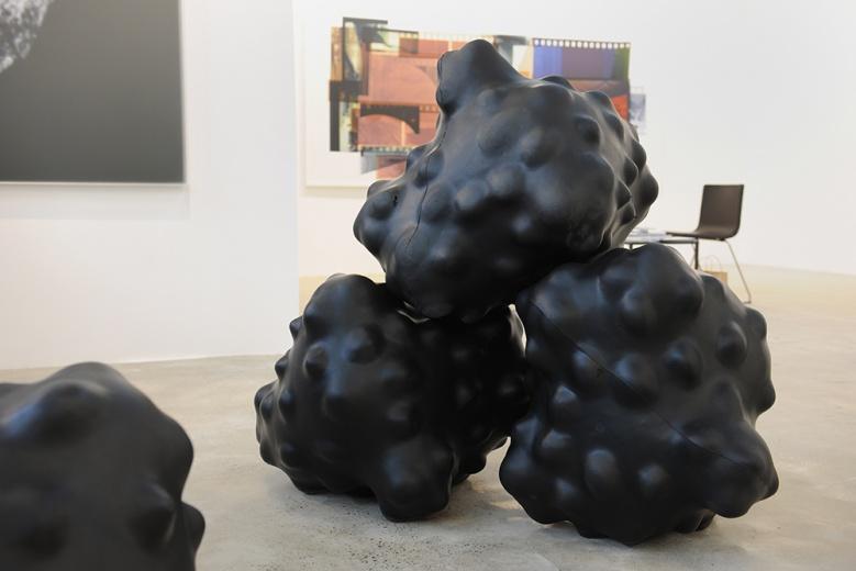 80后艺术家aaajiao,是一个网络代号,也是艺术家徐文恺存在与真实与数字世界的另一种身份。他的计算机算法讲摄影和互动装置带进了对物理的具象世界和网络世界的重新认识中。