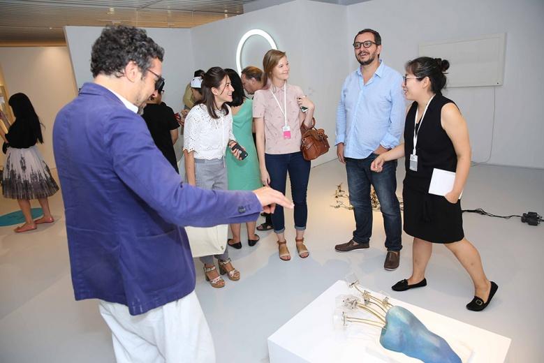 9月11日,艺术都市团队的乐大豆, Massimo Torrigiani一直在展场为嘉宾介绍作品。