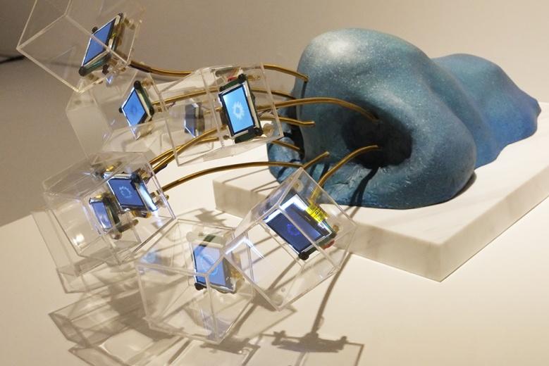 毕业于中国美院新媒体系的80后艺术家邓悦君,刚与仁庐画廊合作的展览《大概》,以新媒体的视角呈现新一代年轻艺术家的创造力。这件装置与视频结合的作品《沉睡于大海》,一目了然的视觉张力似乎在和生活开了一个玩笑。