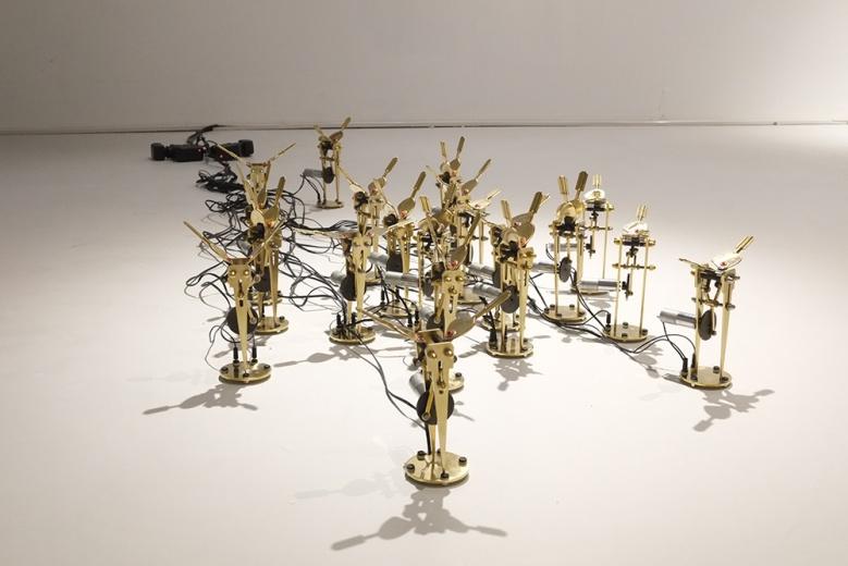 """第二件来自邓悦君的作品《呓语—机械蝴蝶》,又一次拟物化的机械装置,为一进场的艺术都市带来了一份""""未来感""""。"""