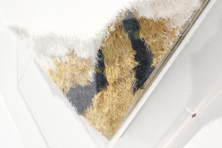 伍伟  《虎落》局部   45 x 20 x 5cm  纸   2015