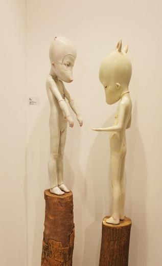 两位来自重庆的80后艺术家——潘泓钢&胡有辰,她们的作品大都把自己裹在面具里,眼睛或睁或闭,肢体有张扬也有收敛,但都是刚刚长成的模样。细细地看,你会发现他们的眼神都凝视着她们自己,有些表情很无奈,有些表请带着点忧伤,还有些表情透出了惶恐……