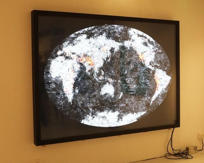 Between 艺术实验室还带来陈浩洋的摄影作品《世界地图》,艺术家用烧过的木炭拼接成世界地图的景象,并拍摄下来。画面中的细节做的天衣无缝,但都是用相机拍摄下来的无数的局部合成的。为了燃烧的光感和地球本身的质感,艺术家为作品定做了灯箱,照片和灯箱合二为一的装裱方式也透露出其成本高昂。据悉,此件作品的售价在十几万人民币。