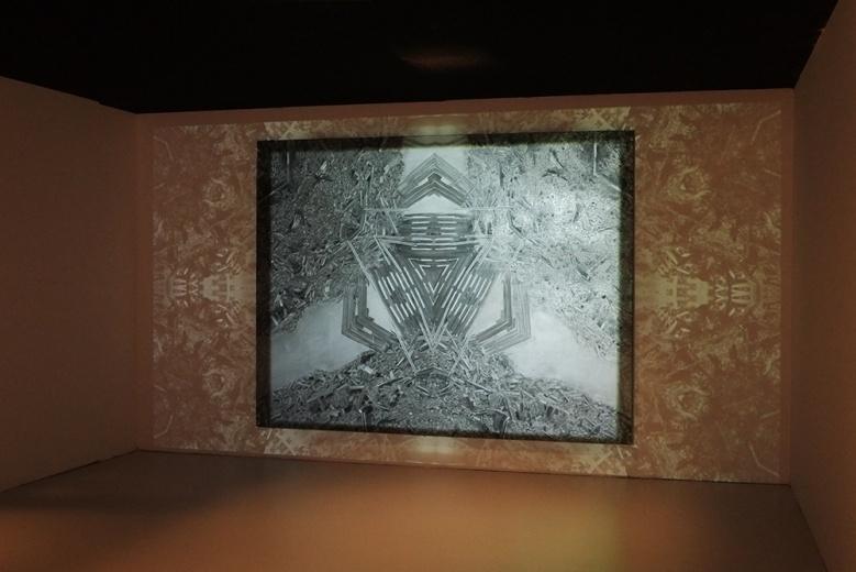 特别项目:谢曹闽  《曼荼罗8号》 210 x 275cm  布面油画多媒体投影  2009  由艺术家本人、APT北京基金及环球一号基金收藏提供