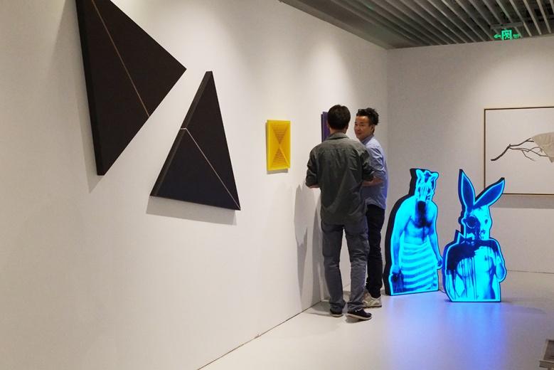 EGG作为在草场地的北京画廊,整体空间的布置气质极简且年轻。