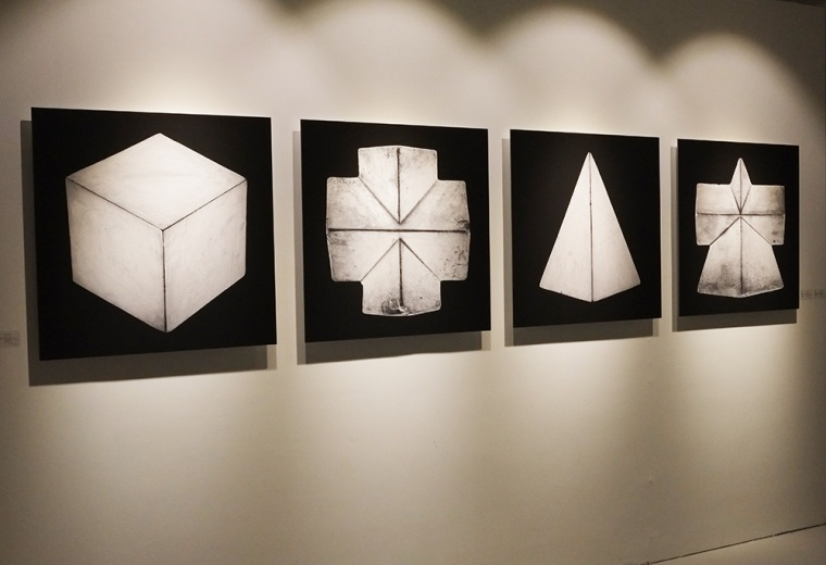 张怀儒的摄影作品,将对象设定为绘画的石膏体,放大了被人们忽略的细节,同时也让照片拥有了绘画的质感。